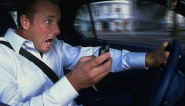 Telefono mentre guido: multa doppia e il doppio dei punti patente?